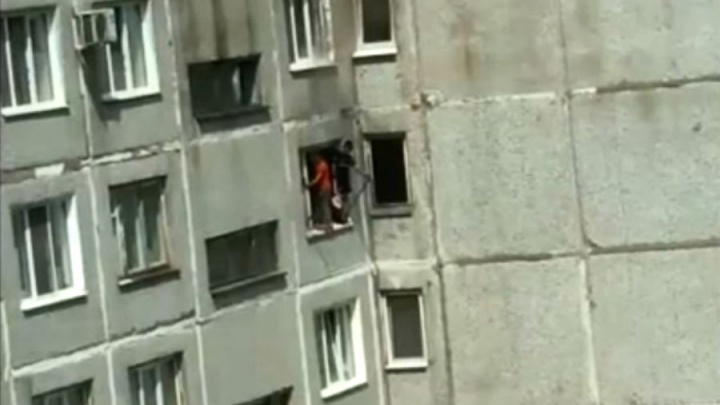 На «Московке-2» двое детей выбрались за окно квартиры на восьмом этаже, спасаясь от пожара