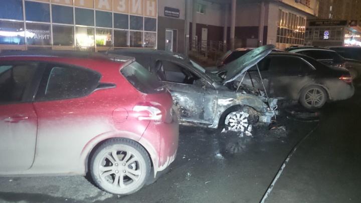 Ночью у Автовокзала от огня пострадали три иномарки