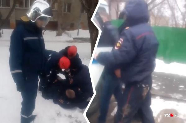 Сотрудники ТОСЭР помогли заковать парня в наручники
