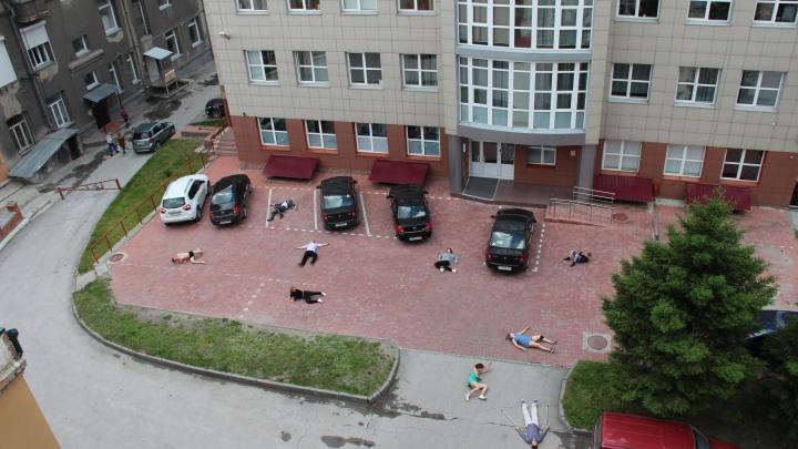 Во дворе «Дома с часами» прошло странное представление с лежащими на земле актёрами