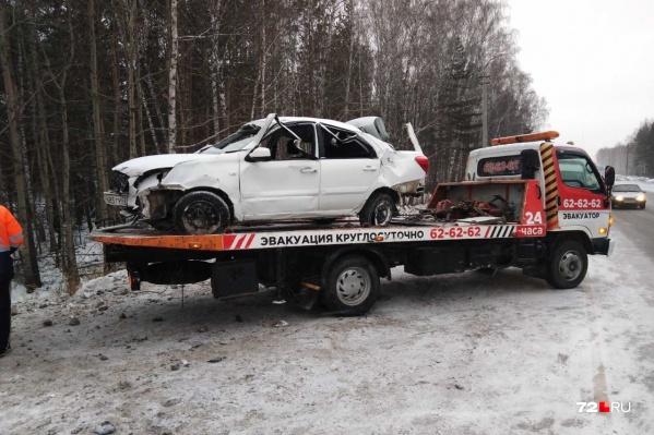 По словам очевидцев, водитель машины не пострадал, а всех его пассажиров увезли в больницу
