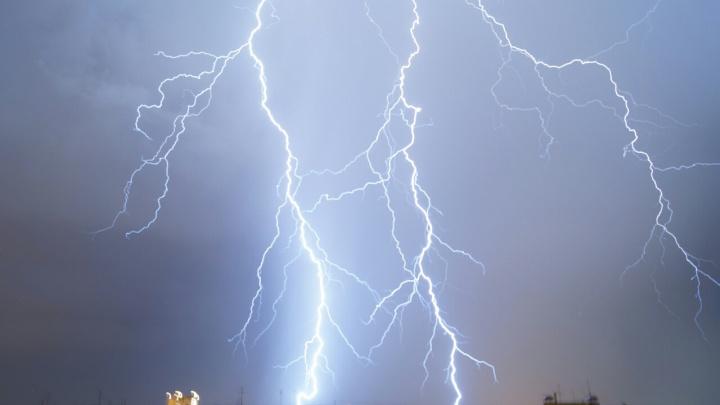 «Наедятся божественной шаурмы, а потом молнии бьют». Ночная гроза была самой сильной за 12 лет