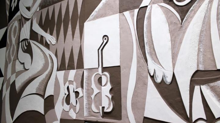 Искусство под слоем штукатурки: новый салон «Оптик-центра» оказался с сюрпризом