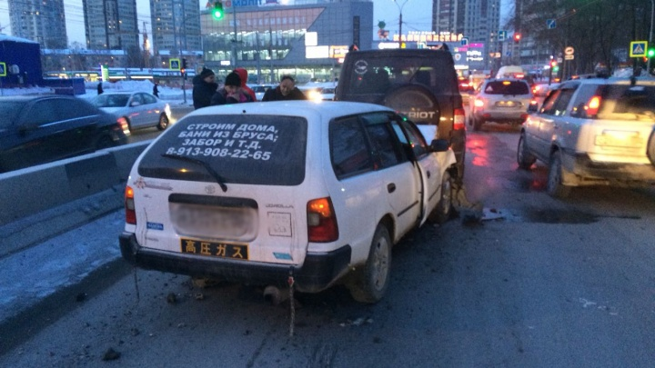 Водитель «Тойоты»собрал «паровозик» из трёх машин в Калининском районе