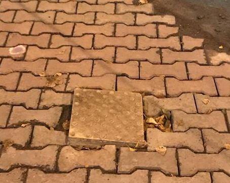 Дорожники залатали дыру в брусчатке плиткой для слепых