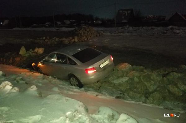Audi застряла на груде камней