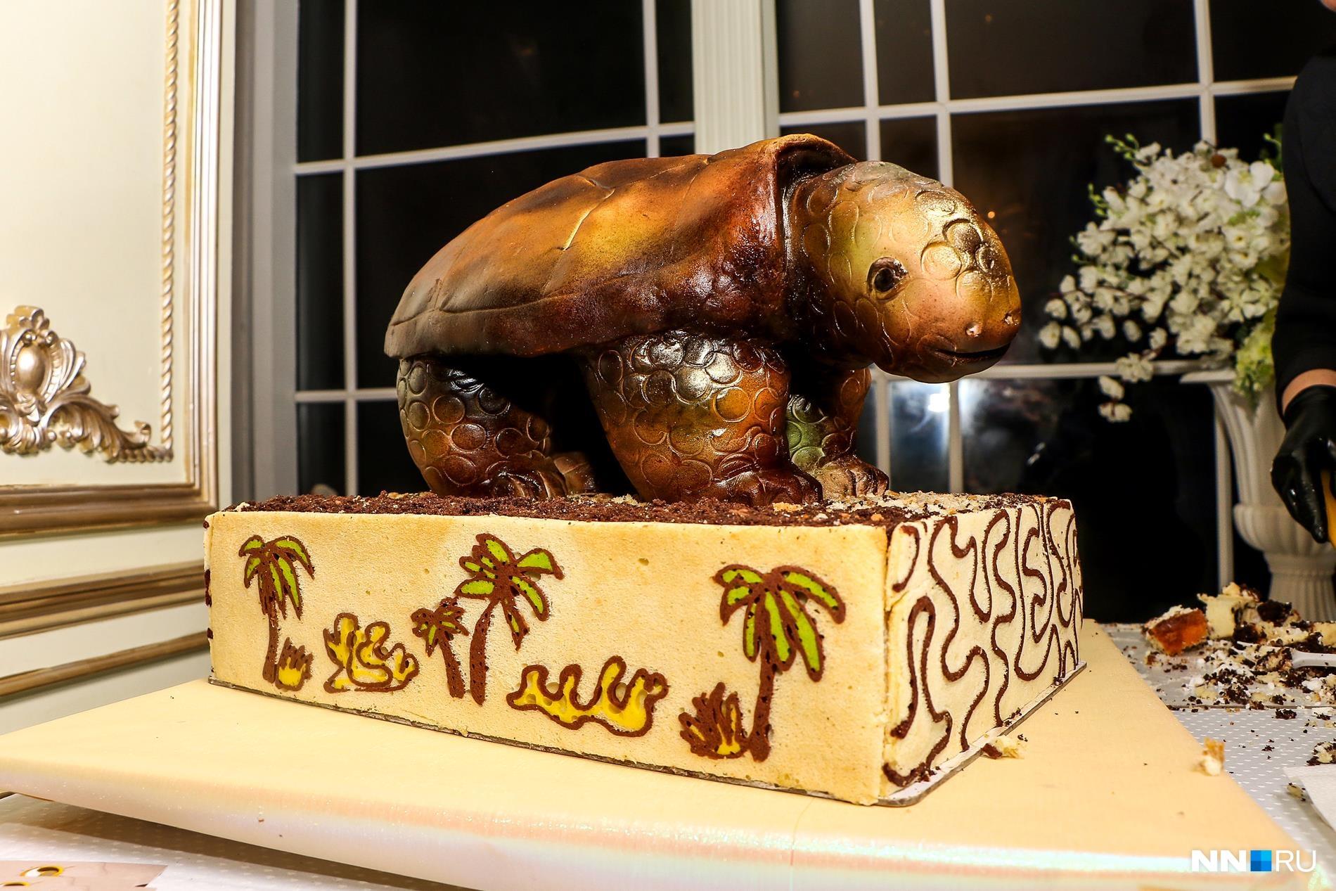 Эта черепаха из мастики похожа на скульптуру