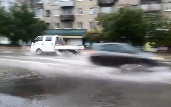 Улицу Калинина затопило холодной водой из-за порыва водопровода