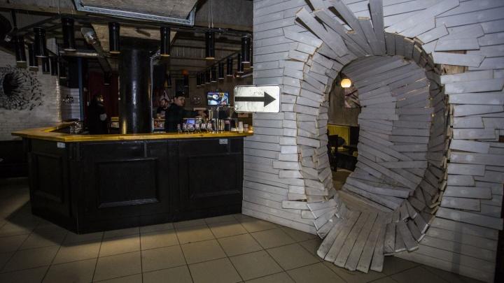 Ушёл под землю: в Новосибирске снова открылся бар с заказом песен за бумажные десятки