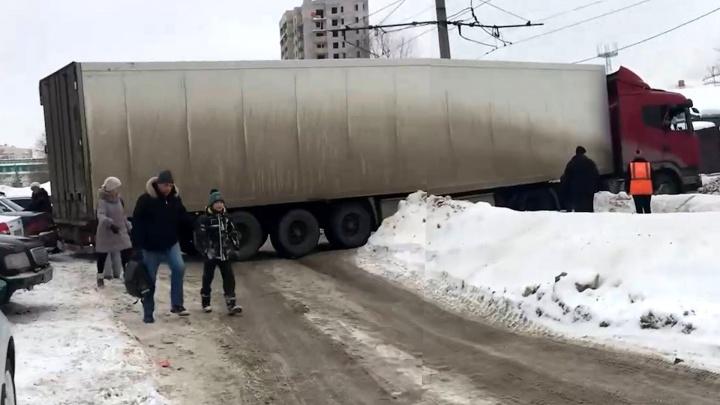 В Самаре фура застряла на трамвайных путях на Ставропольской