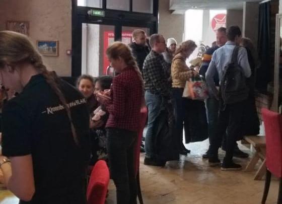 Новосибирцы встали в очередь за бесплатными обедами в центре города