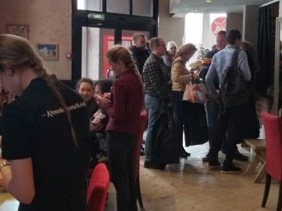 Первые два дня посетителей было мало, но новость про бесплатные обеды быстро разошлась по офисам в центре. На фото — очередь к гардеробу в среду днём