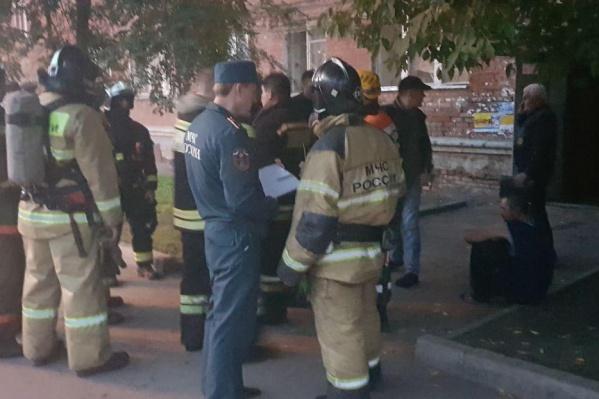 На место приехали пожарные и достали людей из подвала