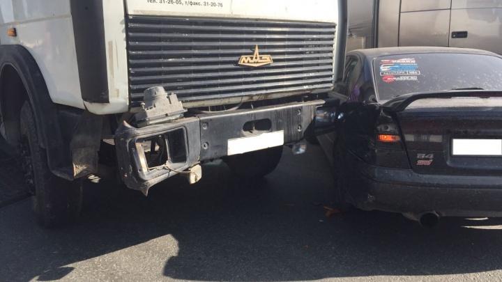 Авария с грузовиком парализовала движение по улице Станционной