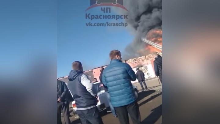 Дым от горящей автомойки застелил небо на Ястынской
