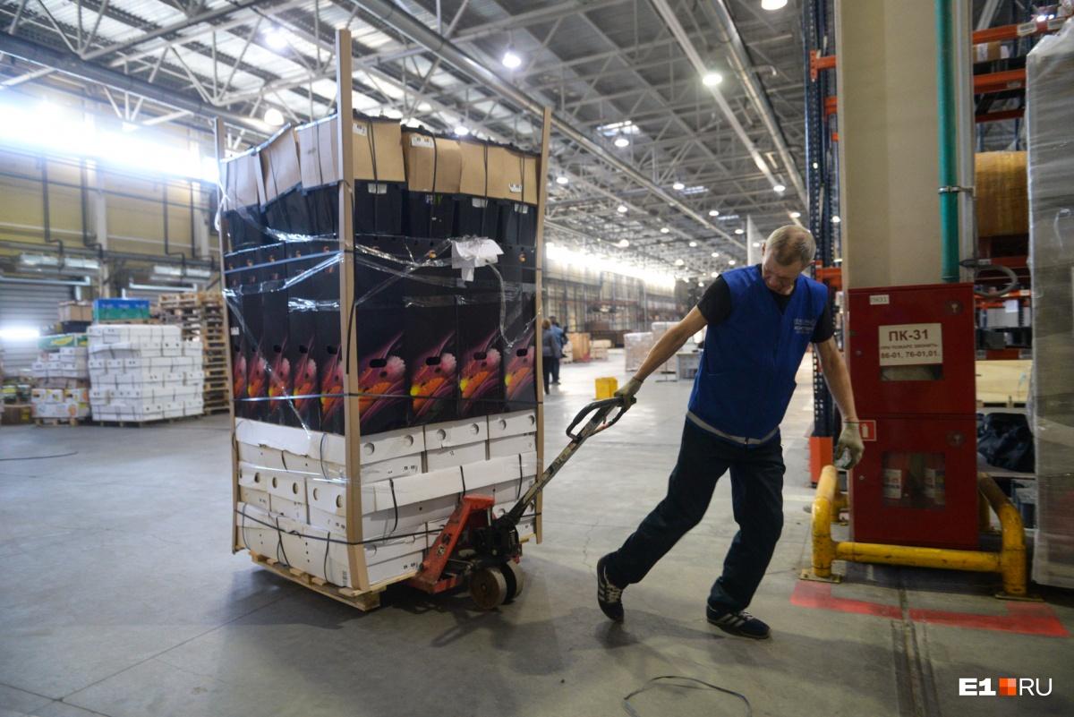 Самолет доставил в Екатеринбург 74 тонны цветов