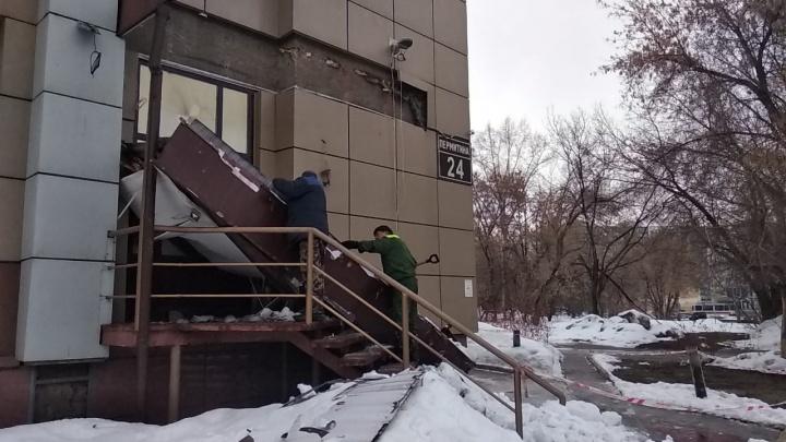 Мэрия: навес банкетного зала рухнул под тяжестью снега — он придавил прохожую