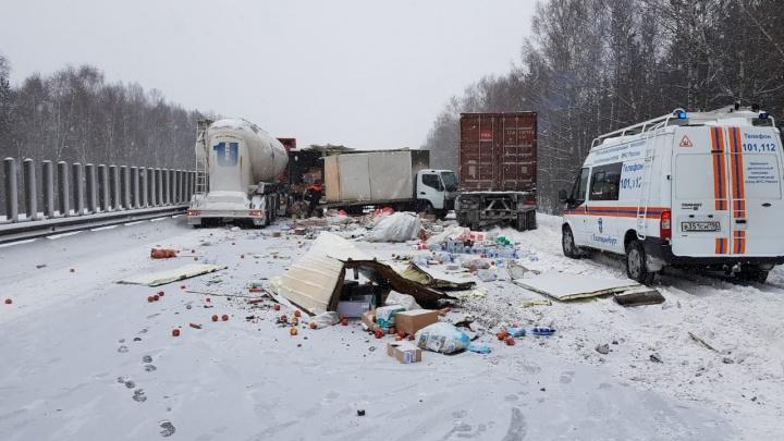 На Тюменском тракте столкнулись три грузовика. Движение перекрыли у пересечения с ЕКАД