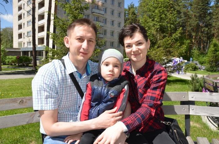 По словам врачей, операция прошла успешно, и сейчас 4-летний Миша чувствует себя гораздо лучше. На фото — маленький пациент с родителями