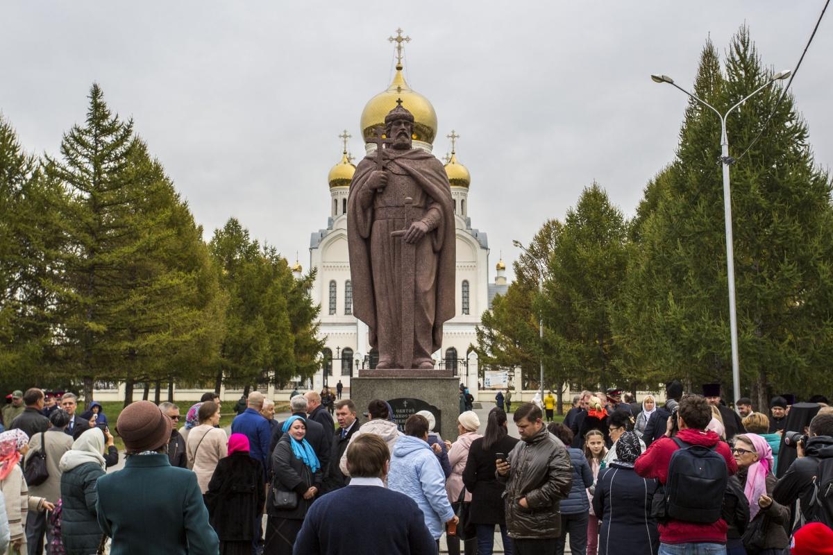 На открытие памятника пришли десятки новосибирцев