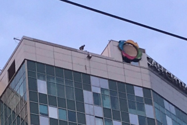 Спасатели делают что-то на крыше здания