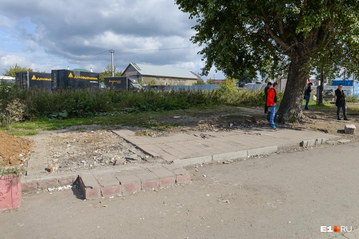По дороге к ЕКАД снесли остановку «Проезжая» — теперь люди стоят просто под деревом