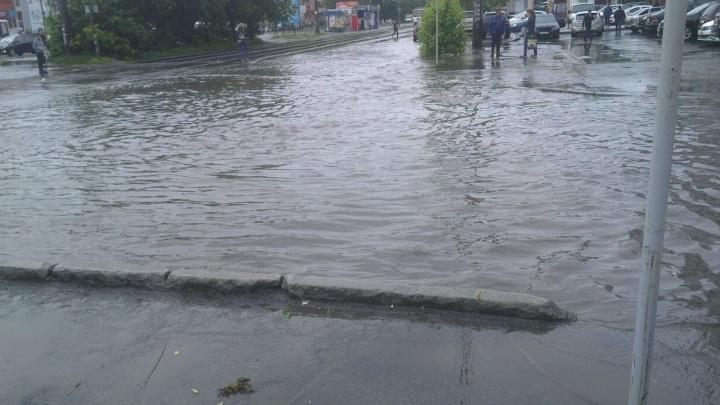 Дорогу можно перейти только вплавь: Екатеринбург затопило после дождя