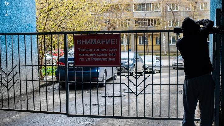 Разгневанные новосибирцы перекрыли воротами улицу, которая проходит сквозь их дом