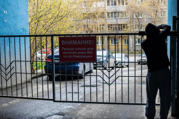 Сегодня днём проезжую улицу Чаплыгина разделили воротами