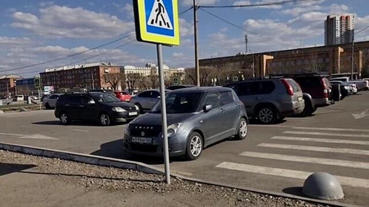 «Я паркуюсь как…»: весной пешеходы стали смелее выражать свои мысли на капотах автохамов Красноярска