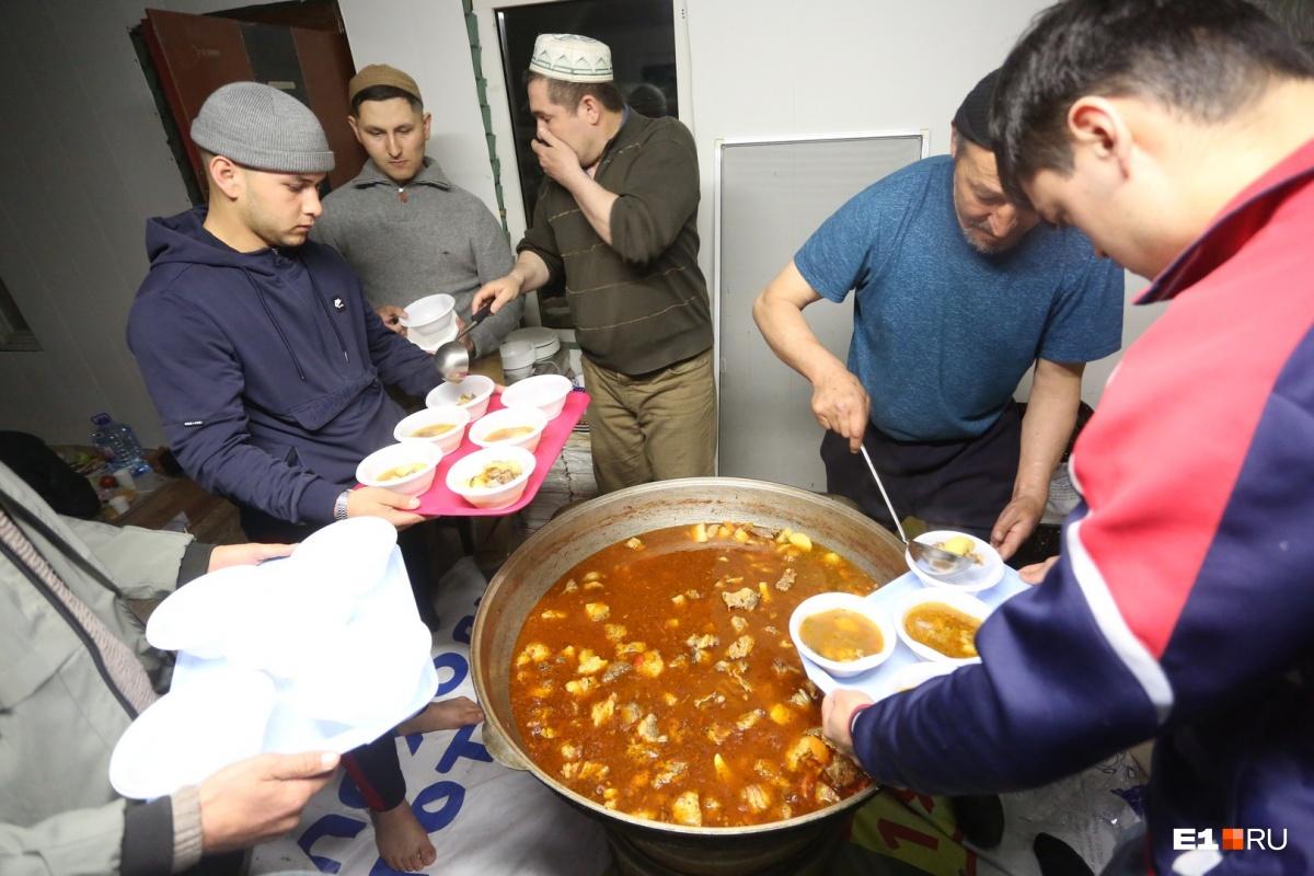 Каждый прихожанин получает тарелку горячего супа