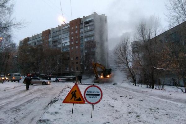 На месте аварии работают 15 человек и 10 единиц техники