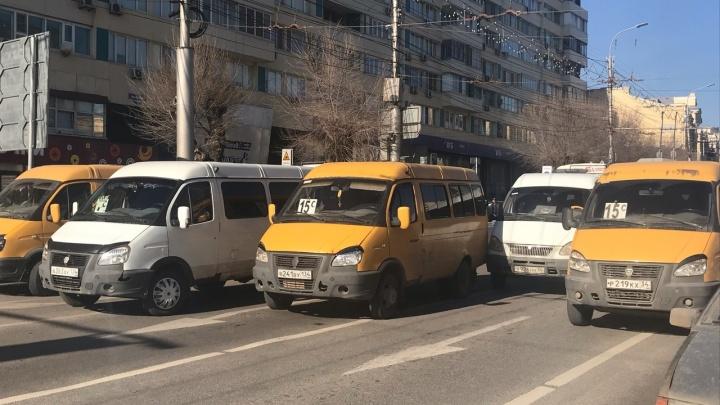 В центре Волгограда десятки маршруток «сломались» и парализовали движение