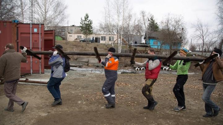 """На берегу Верх-Исетского пруда начали строить новый пирс для отряда """"Каравелла"""""""