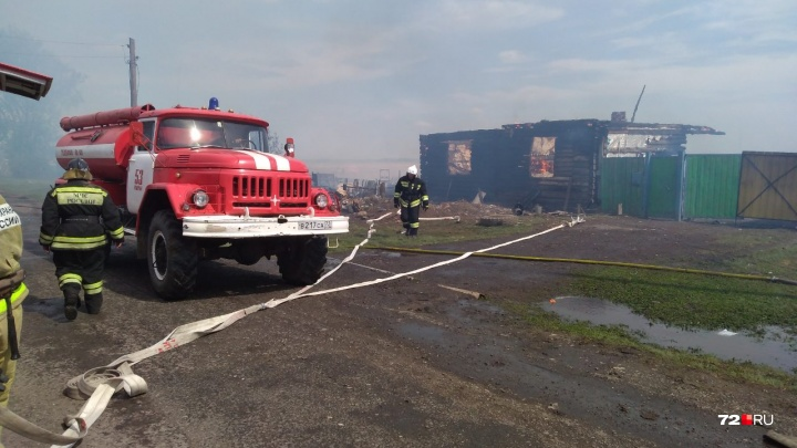 Пожар в тюменской деревне уничтожил четыре дома. 25 человек остались без крыши над головой