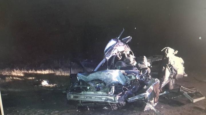 Автокегельбан: на трассе под Самарой ВАЗ-2110 врезался в два грузовика