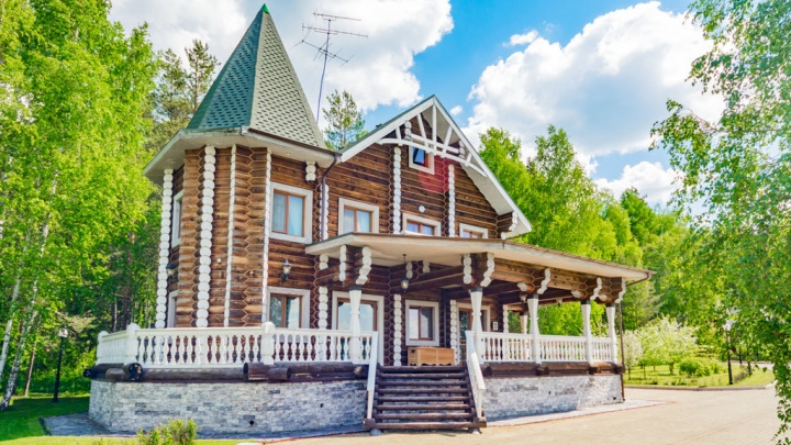 Под Екатеринбургом участок с деревянным теремком продают за 180 миллионов рублей: смотрим фото