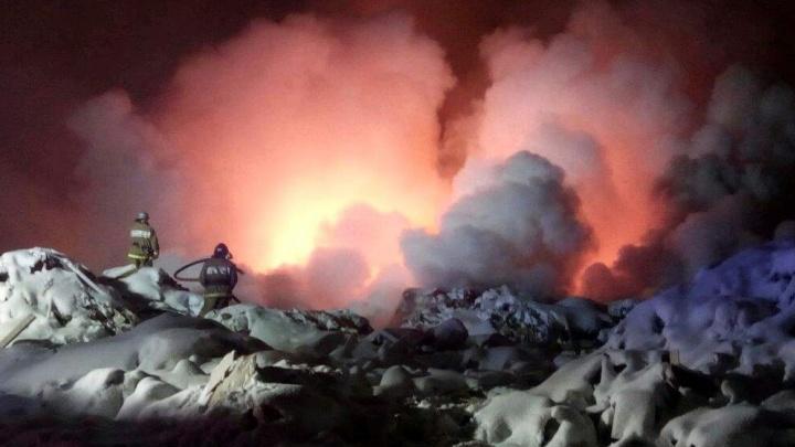 """""""Весь Химмаш в дыму"""": на Черняховского загорелась огромная свалка"""