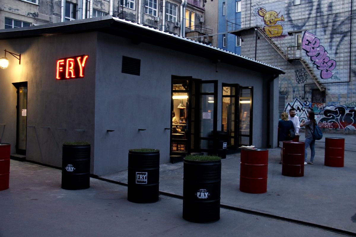 FRY занял одноэтажное здание во дворах, где раньше работала лапшичная ЛПШБР
