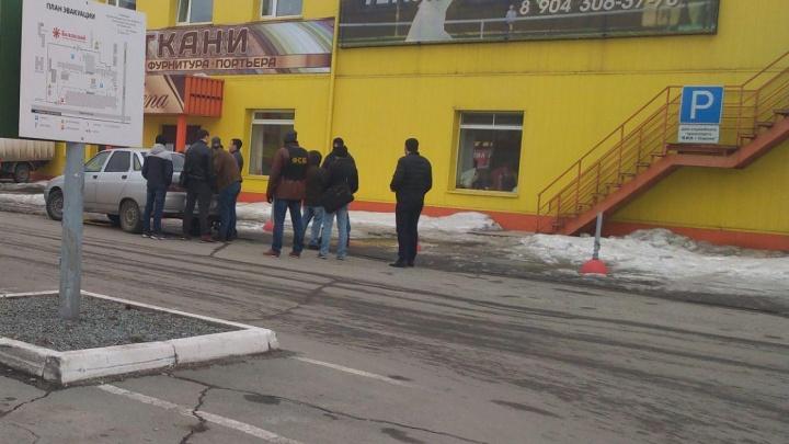 Взяли с поличным: в Челябинске задержали двоих инспекторов ФМС за взятку от предпринимателя