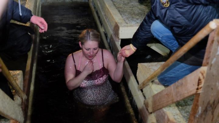 Люди в мороз стояли в очередях к купелям: как пермяки отметили Крещение