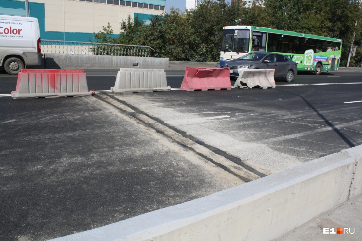 Раньше на стыках пролетов путепровода подвеска автомобилей сотрясалась от ударов. Теперь швы практически не выделяются на проезжей части