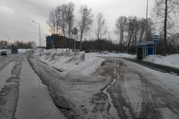 Возле коттеджного посёлка уже есть остановочный павильон, но автобусы сюда не ездят