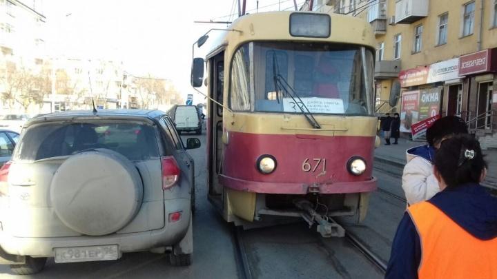 "На Луначарского машина на ""аварийке"" перекрыла движение трамваям"