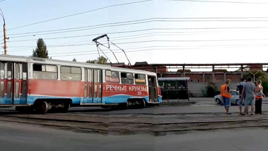 Развернуло поперек дороги: в Самаре на Заводском шоссе сошёл с рельсов трамвай