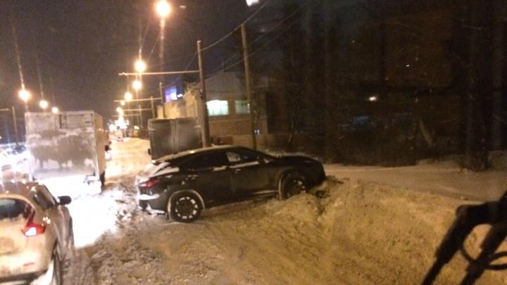 Машины улетают в сугробы по всему городу: обзор ситуации на дорогах Ярославля