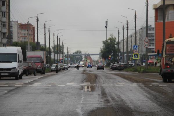 Чтобы выехать на улицу Галушина, водителям нужно проехать возле торгового центра