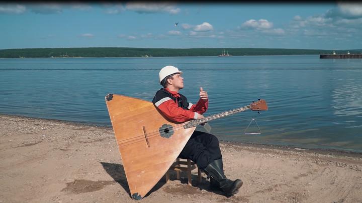 Пермский «Лукойл» снял забавный проморолик с нефтяником-балалаечником