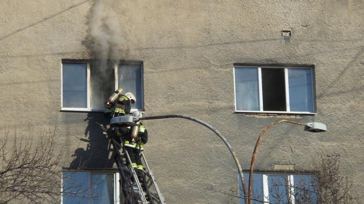 Эвакуировали почти 500 человек: утром на Фрунзе загорелось здание УМВД Екатеринбурга