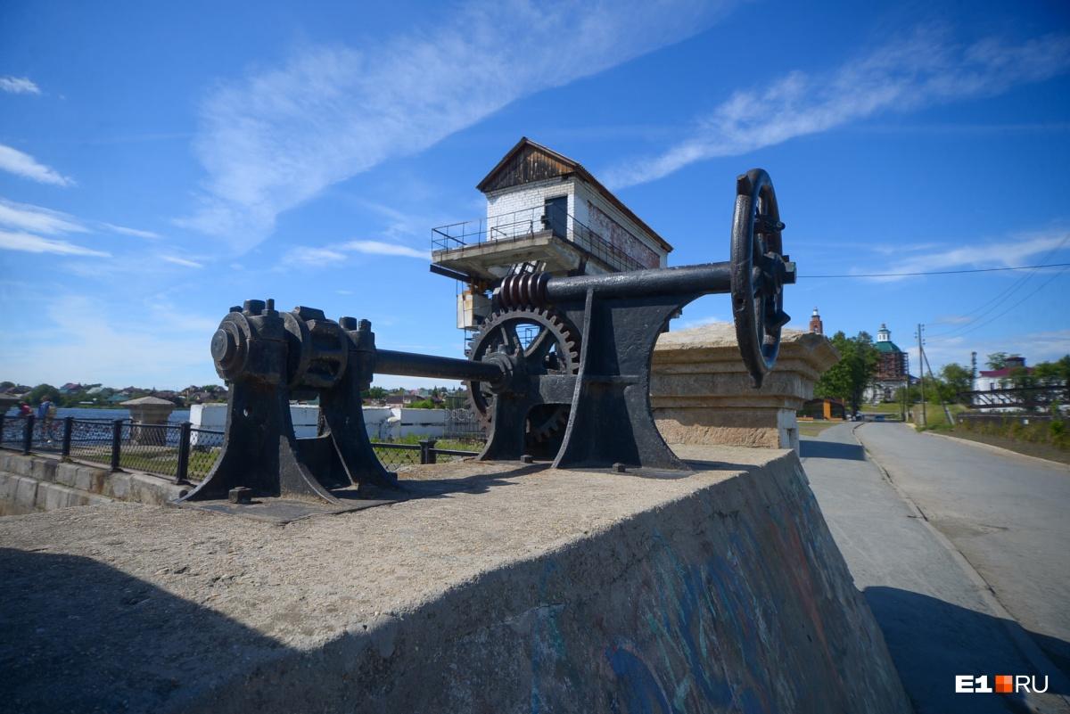 Немного истории. Первое, что появилось в Сысерти, — это плотина. С нее начинался город. Затем появился завод